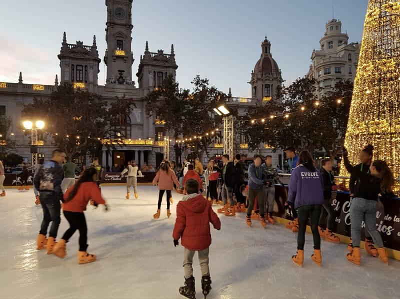 Niñas, niños y adolescentes tutelados por la Generalitat disfrutan de la pista de patinaje sobre hielo de la Plaza del Ayuntamiento de València