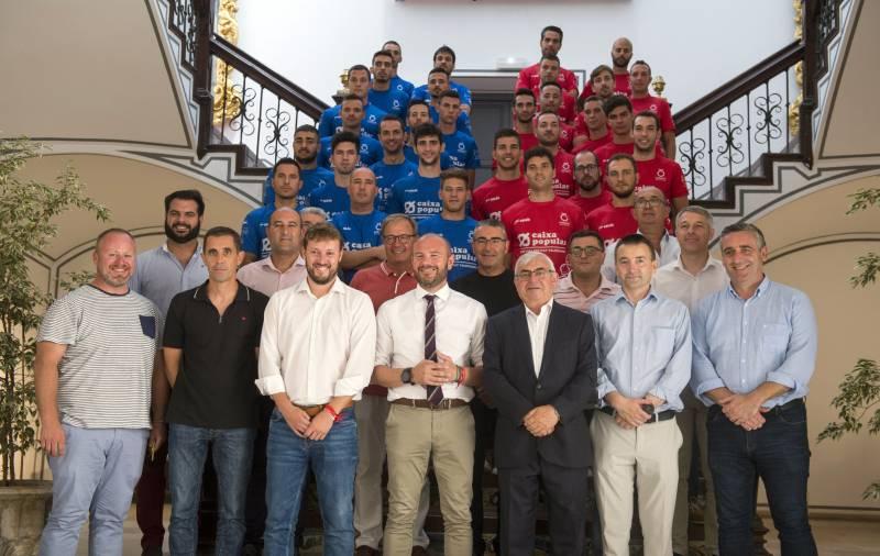 Toni Gaspar y Andrés Campos junto a los 32 jugadores que disputarán ambos trofeos