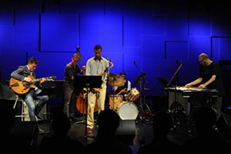 Rossy y el Vibes Quintet durante una presentación : : Jimmi Glass Bar