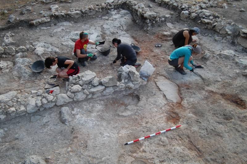 Arqueólogos en la Bastida de les Alcusses de Moixent