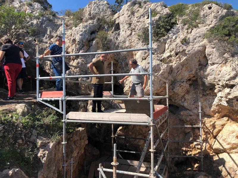 Xavier Rius en los trabajos de excavación de la Cova de l