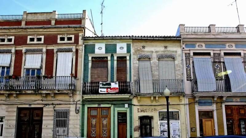 El Cabañal, lugar de moda para ir a comer o cenar en Valencia sin gastarte demasiado. Foto: Youtube.