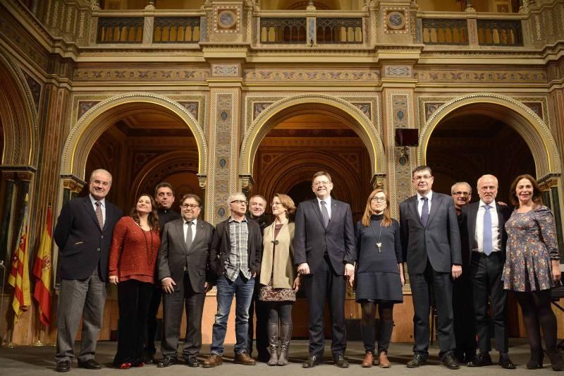 Foto de familia de premiados y autoridades//Viu València