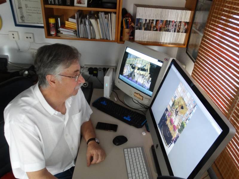 Pedro Molero trabajando en la exposición