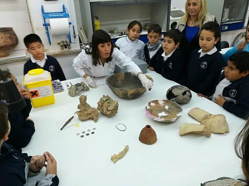 Los alumnos del colegio San Juan Bosco de València durante su visita al laboratorio