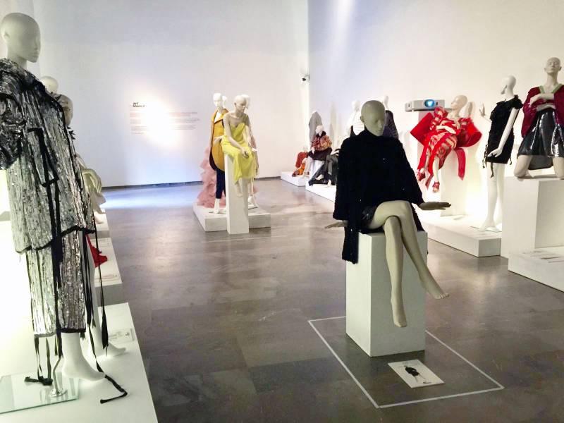 La exposición 'Artenblanc' une diseño y costura valenciana en el Centre del Carme
