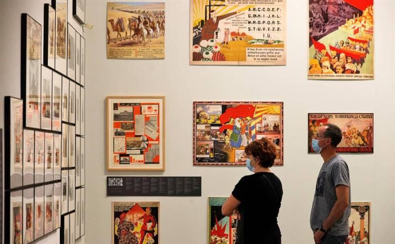 Dos personas observa algunas de las obras de la exposición