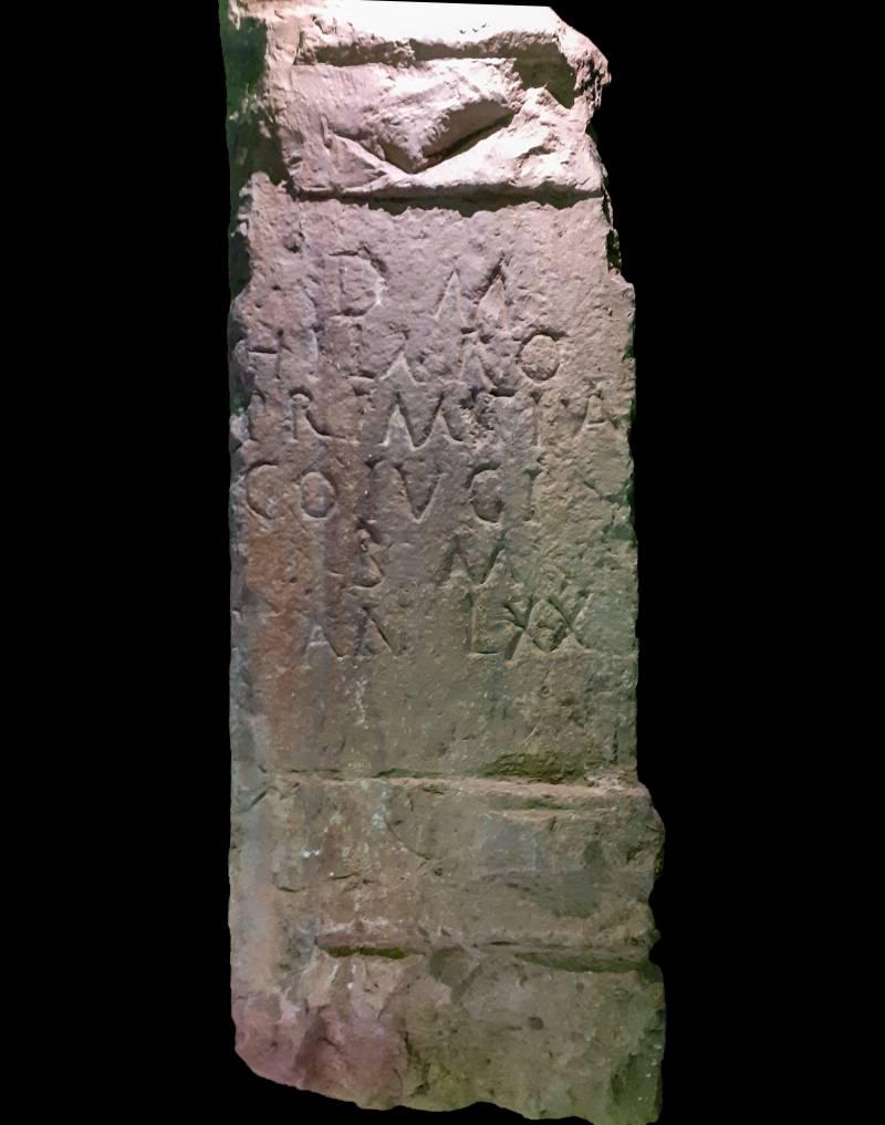Làpida funerària romana en els treballs arqueològics a l