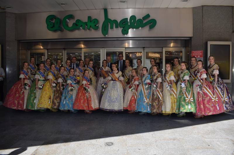 Las Falleras Mayores de Valencia y sus Cortes de Honor acompañadas por el Director Regional de El Corte Inglés y otros miembros del equipo de dirección