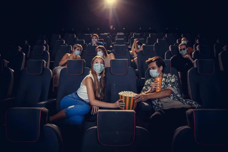 Personas compartiendo palomitas en un cine. EPDA.