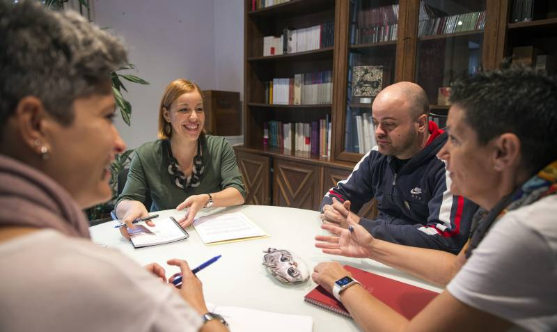La diputada de Diversidad, Dolors Gimeno, con los representantes de Lambda