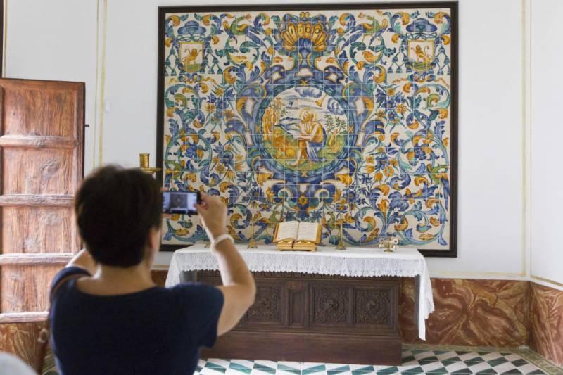 Una turista visitando el Museo de la Seda