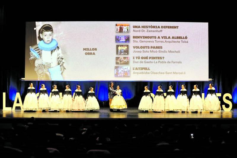 a Fallera Mayor Infantil de València y su Corte de Honor presidiendo la Gala Infantil de la Cultura. /Armando romero
