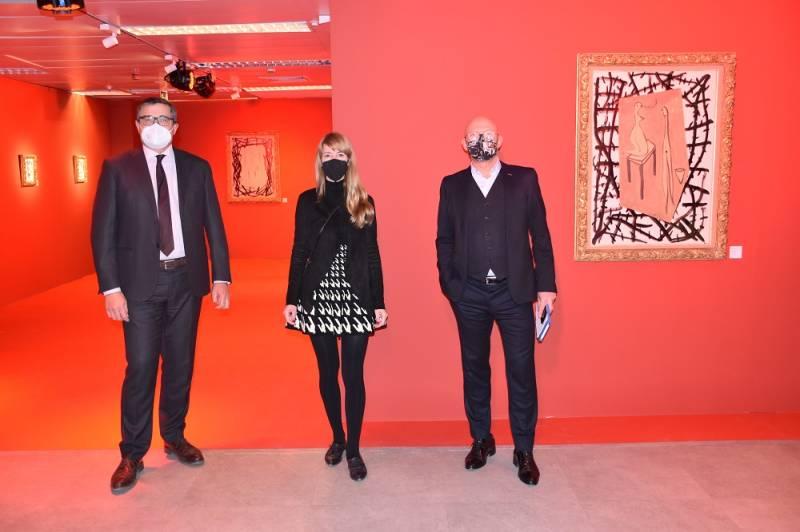 En la fotografía de derecha a izquierda, Xavier Martorell, director del Año Bigas Luna; la comisaria de la exposición, Betty Bigas, y Pau Pérez Rico. EPDA.