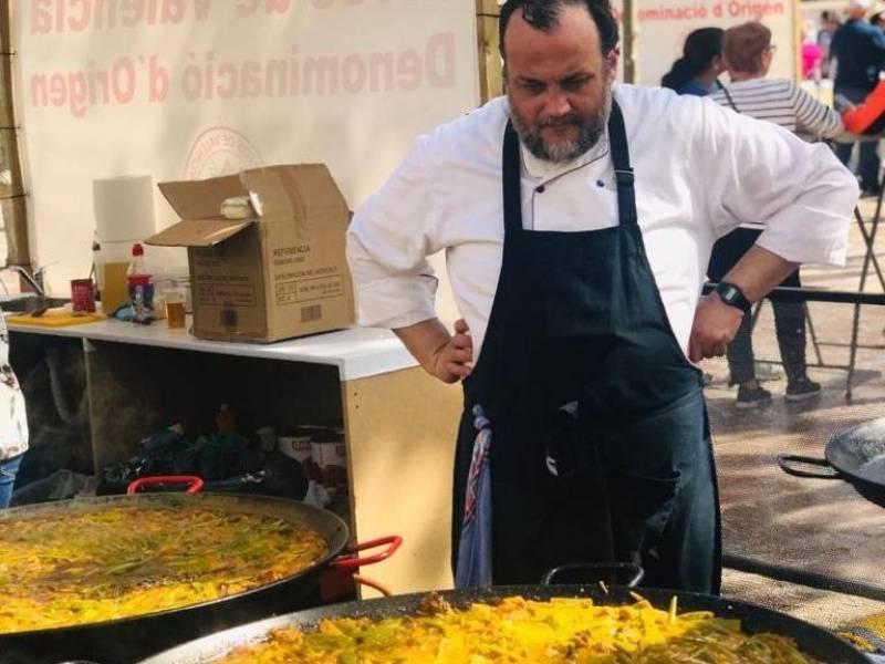 Cristóbal Lisart, de La Bodega de Tofolet, cocinando una paella de pato. Fuente: Cristóbal Lisart