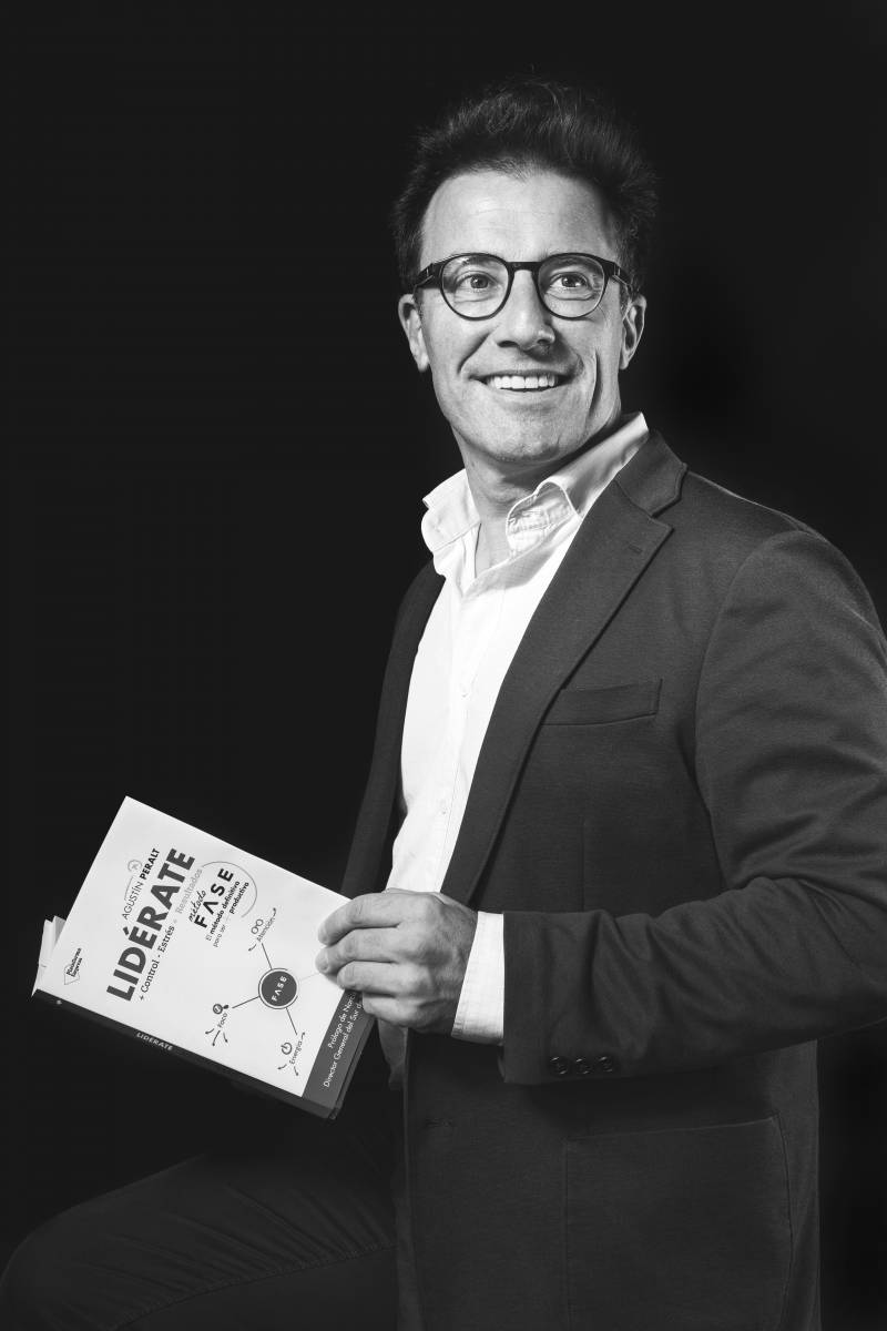 Agustín Peralt con su libro Lidérate