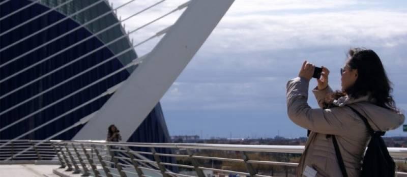 Una turista en la Ciudad de las Artes y las Ciencias de Valencia. FOTO VIU