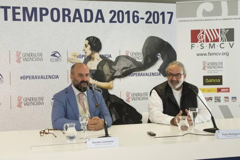 El intendente y director artístico de Les Arts, Davide Livermore, y el presidente de la FSMCV, Pedro Rodríguez