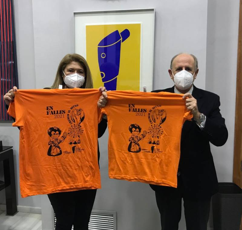 Luís Miralles y Guadalupe Ferrer con las camisetas. EPDA.
