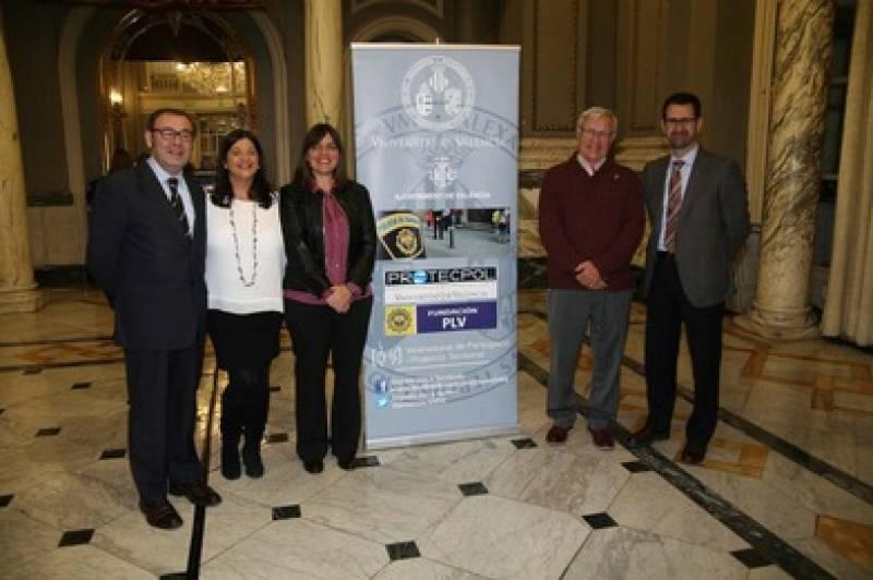 Joan Ribó ha inaugurado una exposición itinerante de la Policia Local y la Catedra PROTECPOL