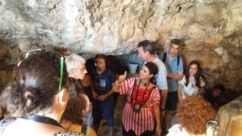 Turistas en la Cova del Dragut de Cullera