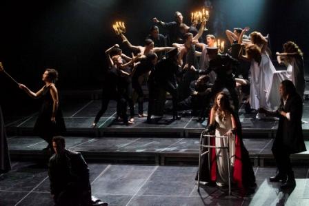 El montaje cuenta con escenografía de Manuel Zuriaga, iluminación de Antonio Castro y la participación del Ballet de la Generalitat. FOTO: GVA