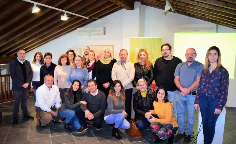 Asistentes con la concejala de Turismo de Requena, en el centro
