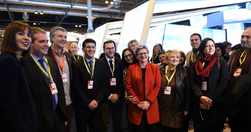 El presidente, Jorge Rodríguez, y la vicepresidenta, Mª Josep Amigó, con varios diputados en FITUR // Abulaila