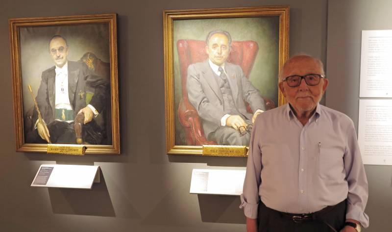 Perelló Morales junt al seu retrat de president de la Diputació de València al MuVIM