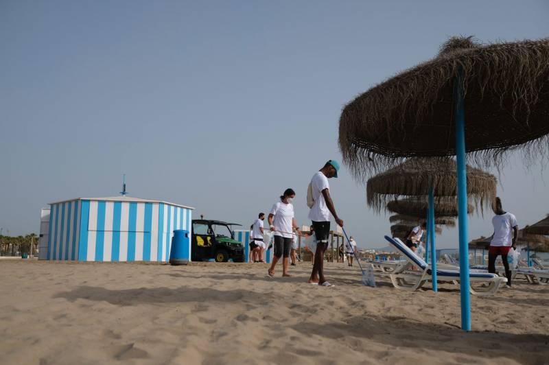 Voluntarios recogiendo colillas en la playa del Cabanyal. EPDA