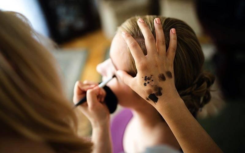 Maquillando a una mujer. EPDA