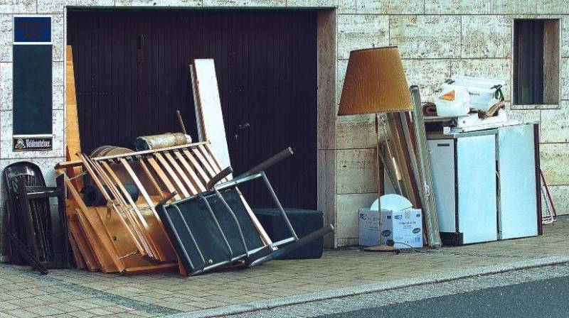 Imagen de mobiliario usado en la acera de una calle.