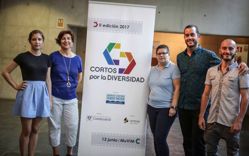 La diputada Isabel García con los premiados en el II Certamen Cortos por la Diversidad