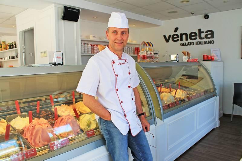 Maurizio Melani en la heladería de Port de Sagunt.