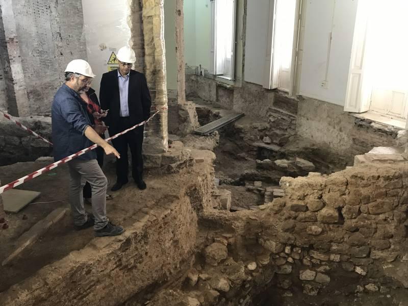 Conseller visitando las excavaciones