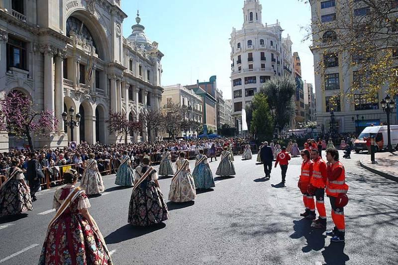 Voluntarios durante la ofrenda de las falleras. //viu valencia