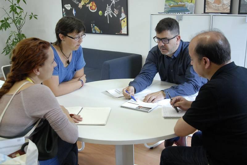 Reunió Emili Altur amb saharauis // Foto M Pazos