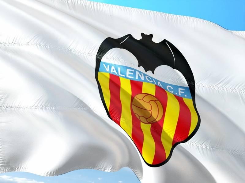 Bandera ondea el escudo del Valencia CF./ Pixabay