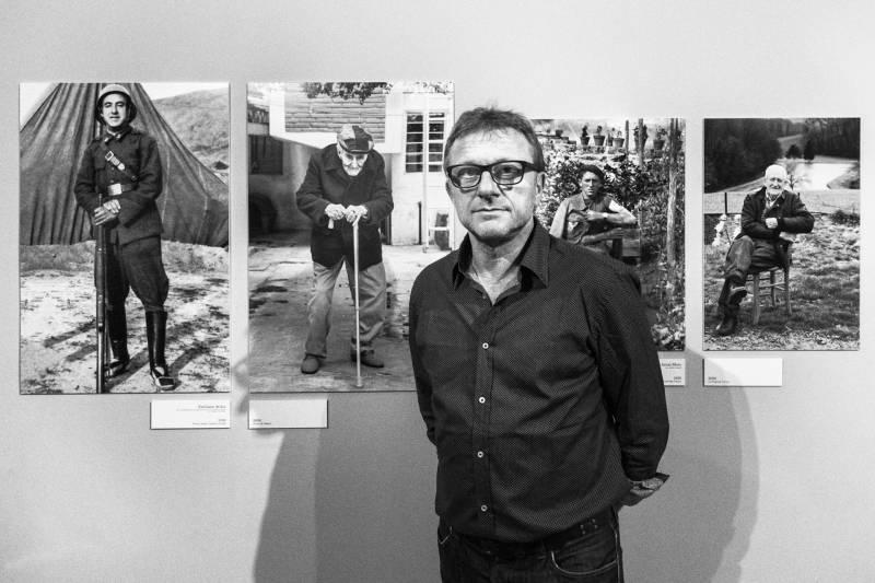 Gustavo Germano junto a algunas de sus fotografías