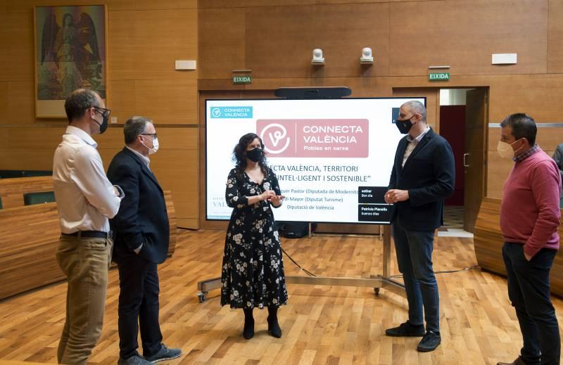 Diputadas y diputados provinciales junto al alcalde de València
