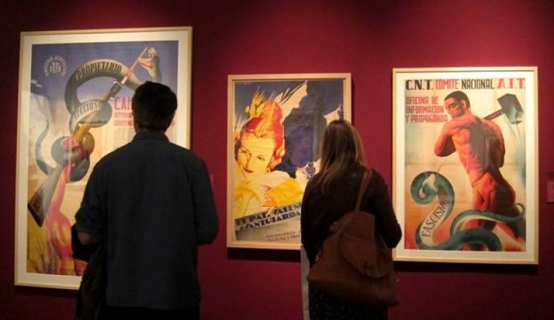 Visitantes de la exposición en el MuVIM