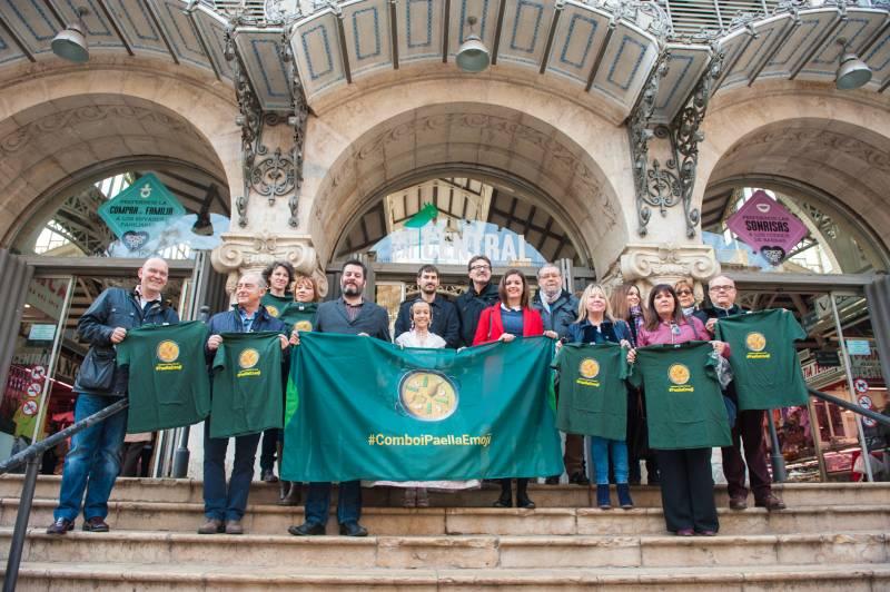Los máximos representantes del Ayuntamiento han apoyado el #paellaemoji en la escalinata del mercado central//P. Ortuño.