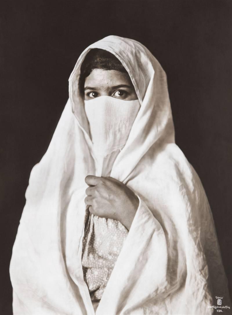 Sin título (femme voilée). Túnez, ca.1905. Rudolf Lehnert &Ernst Landroch. Exposición
