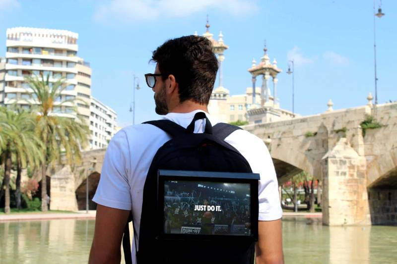Uno de los proyectos que se presentará en Upper Club el próximo miércoles día 6: la mochila de BrandHiking que incorpora una tablet que permite la reproducción de vídeos y anuncios