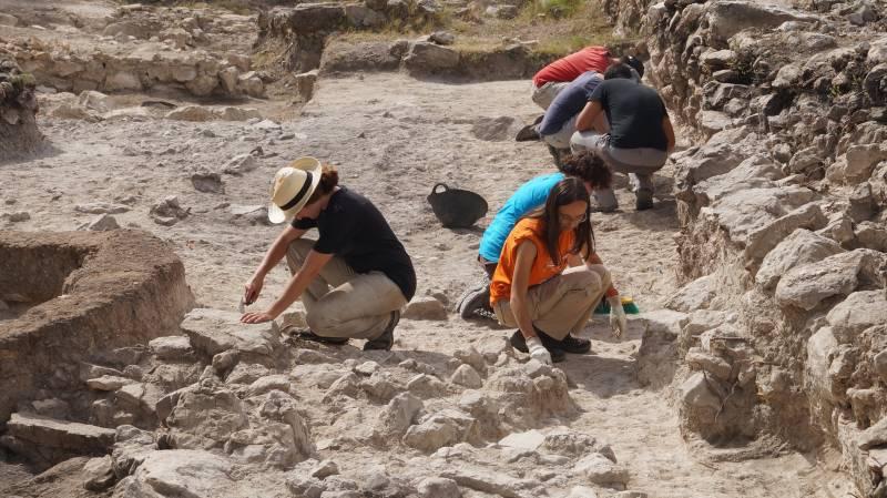 Arqueòlegs treballen a la Bastida de les Alcusses de Moixent