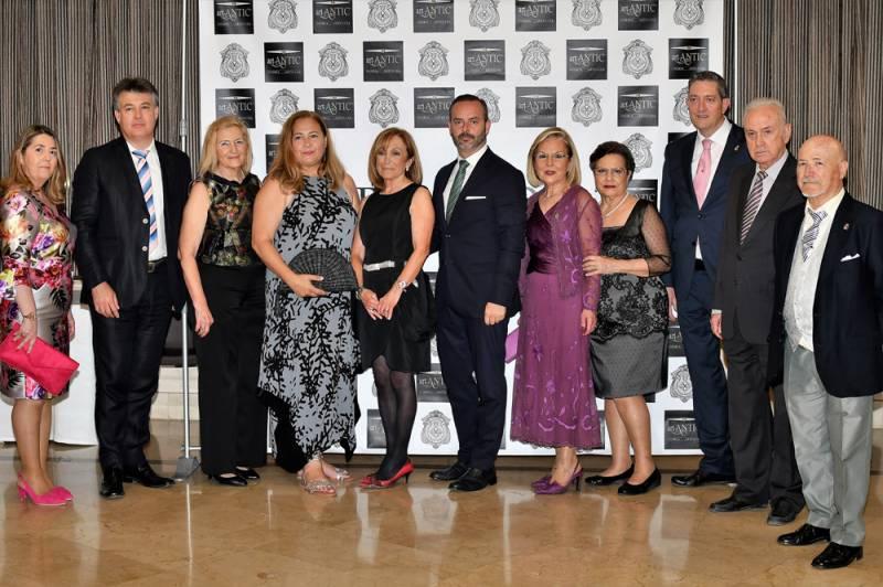 Maestro Mayor y Junta de Gobierno del Gremio Artesano de Sastres y Modistas CV junto a los representantes del Premio Joia 2018