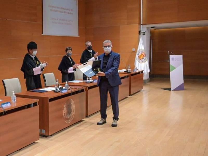 El director del IVAM, José Miguel G. Cortés, ha recibido la medalla esta mañana en el Paraninfo de la UPV./ EPDA
