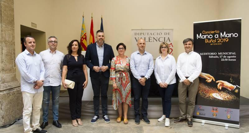 El diputado de Bandas de Música y la alcaldesa de Buñol junto a los responsables de La Armónica y La Artística