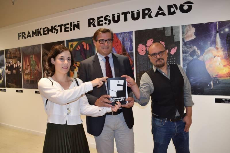 Los ilustradores valencianos Juan Miguel Aguilera y Raquel Aparicio, participantes de este proyecto, junto a Pau Pérez Rico, director regional de Comunicación y Relaciones Institucionales de El Corte Inglés