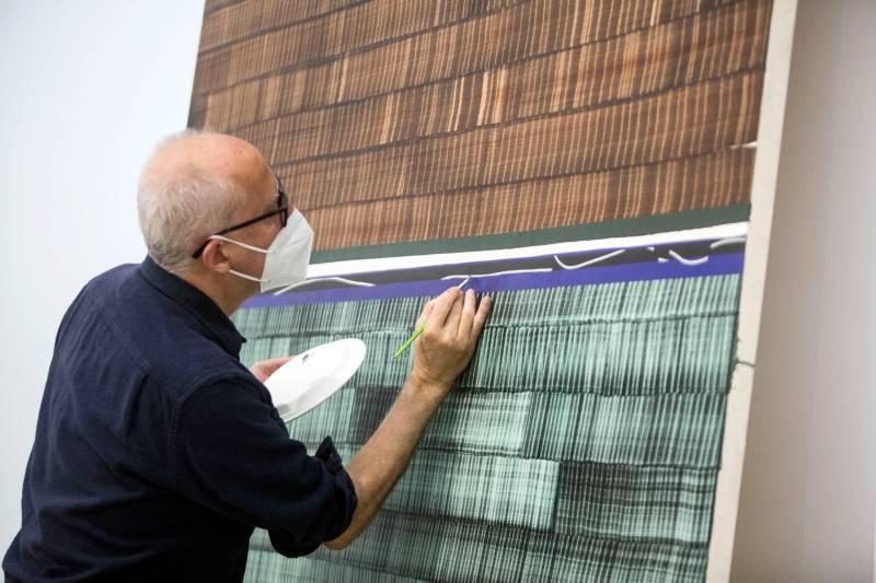 Juan Uslé trabajando en el montaje. EPDA